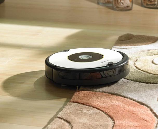 Robot Roomba 696 заезжает на ковер